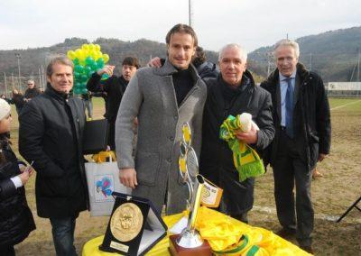 Alberto Gilardino con i bambini della Ludus 90 premiano Tommasino in occasione del suo 14° anno